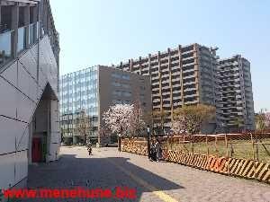 多摩都市モノレール高松駅の階段下